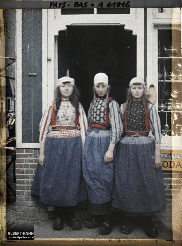 Hollande, Volendam, Groupe de trois jeunes filles en Costume type