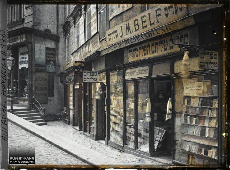 Autriche Hongrie, La boutique du libraire juif : le nom du libraire est : J. M. Belf Rabensteig. 3.
